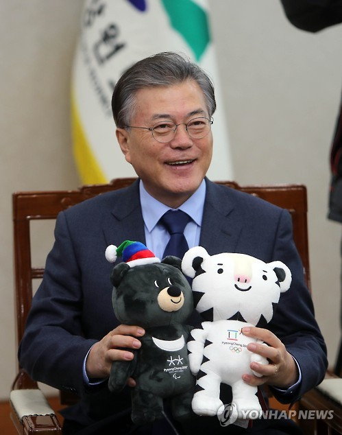 韩国总统任冬奥会宣传大使 与金妍儿品尝土豆饼