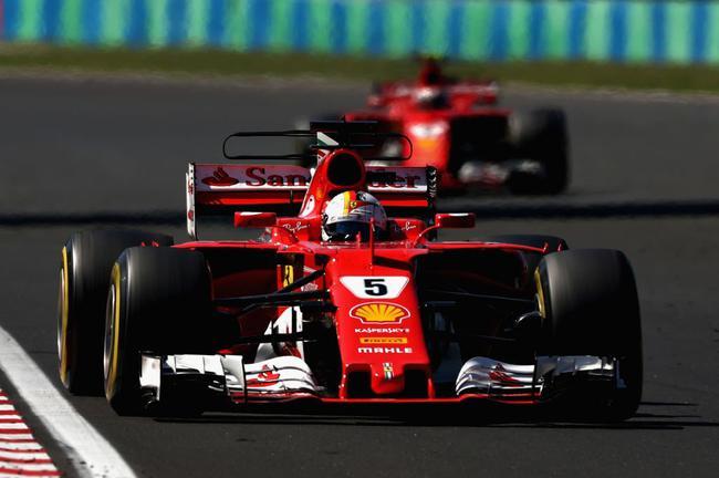 两部法拉利在前领跑
