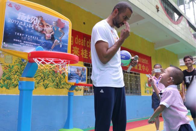 【 中国vs美国热身赛 】匹克有爱公益大使帕克在桂林 教残障孩子打球