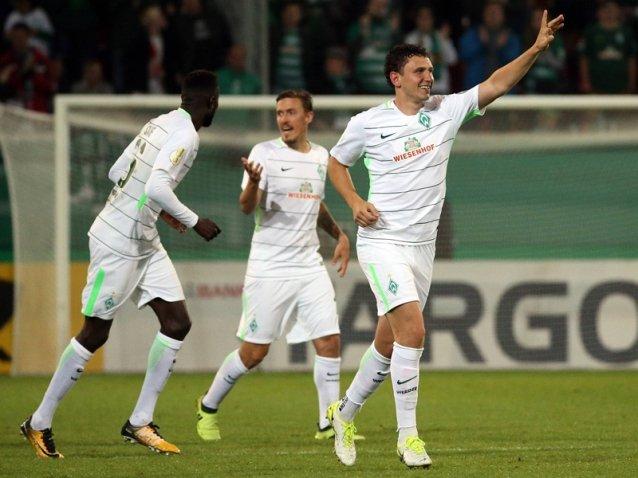韦利科维奇庆祝进球