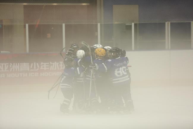 深圳冰雹鲨鱼队取得进球后相拥庆祝,现场冰雾缭绕恍若仙境