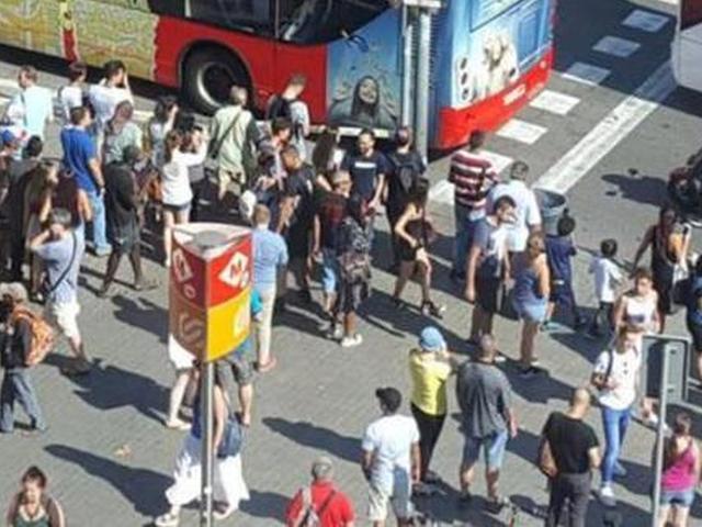 视频-巴塞罗那遭卡车恐袭事件 已造成上百人伤亡