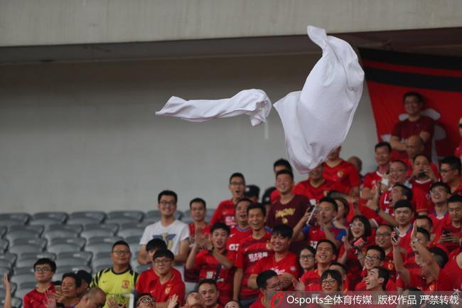 恒大球迷看台扔毛巾讽刺上港 多条毛巾空中飞|图