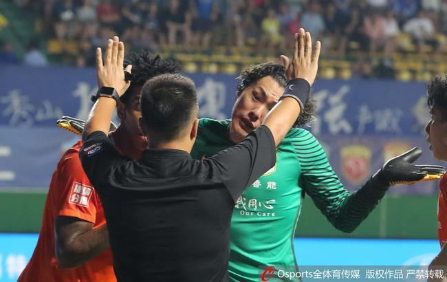 鲁媒:王大雷挨拳裁判判富力点球 足协的标准不一