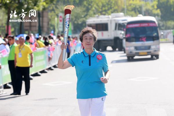 张娜张萍恩师传递火炬 古稀老人为天津体育点赞