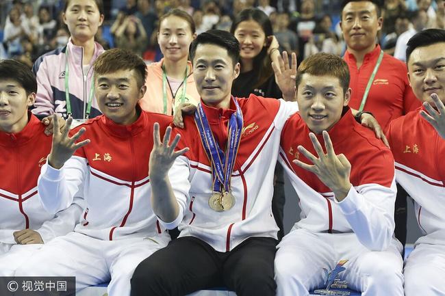 博狗亚洲上海队员将金牌献给王励勤 许昕:我们所向披靡