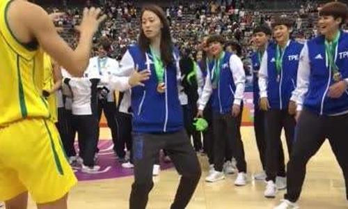 台北姑娘展示体育运动的意义
