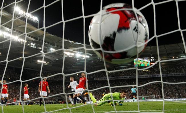 挪威门将亚尔斯坦只能目送皮球入网