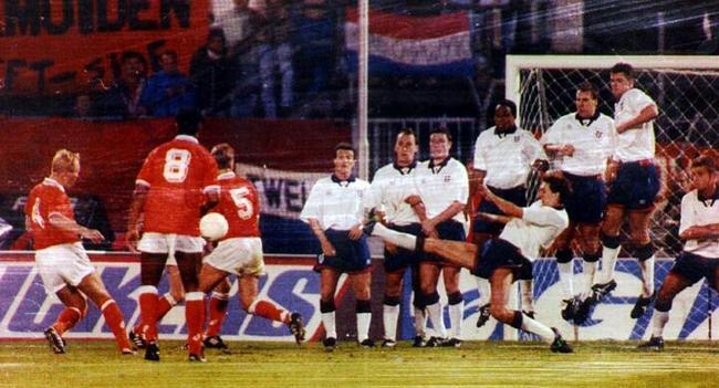 罗纳德-科曼逃过红牌,然后攻破英格兰大门