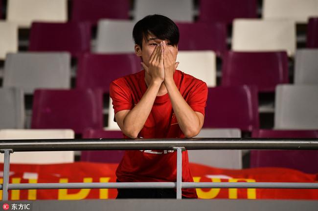 赛后哭泣的球迷