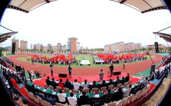 学校举行运动会