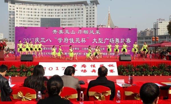 举行大型广场舞比赛