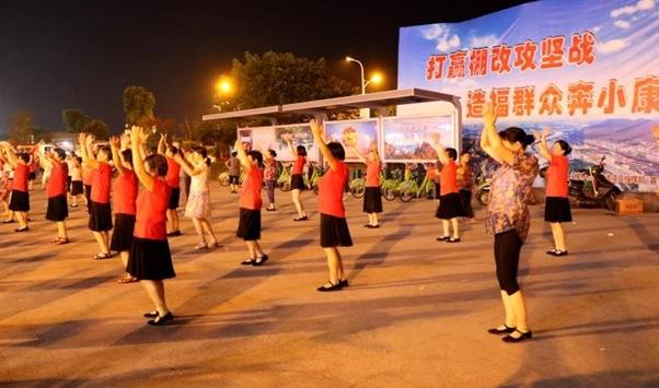 公众跳广场舞蔚然成风