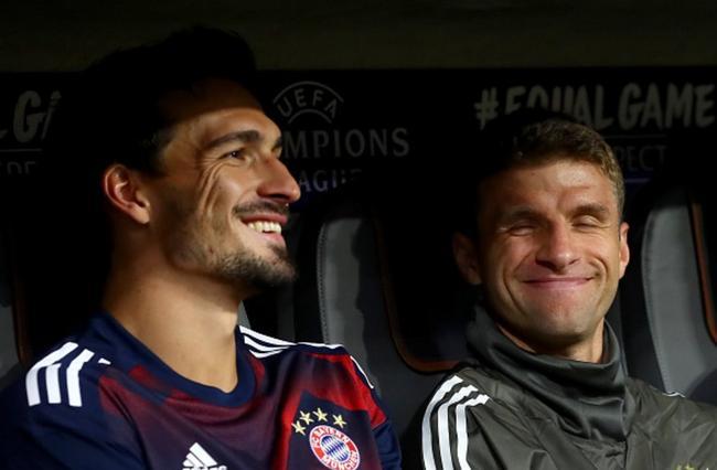 胡梅尔斯和穆勒坐在替补席上