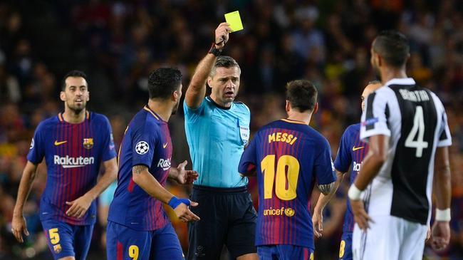 裁判向梅西出示黄牌