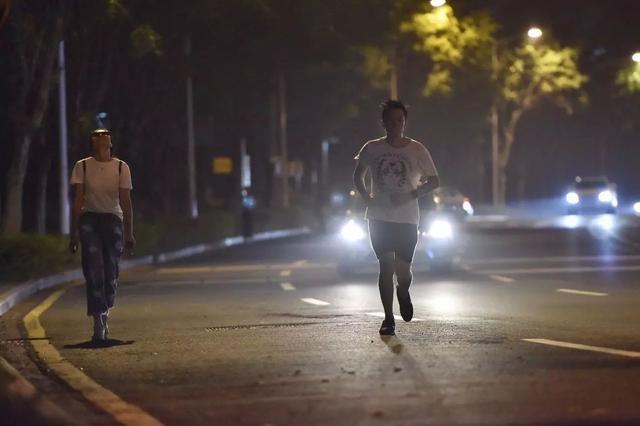 不少居民会选择到大学城内环夜跑。信息时报记者 朱元斌 摄