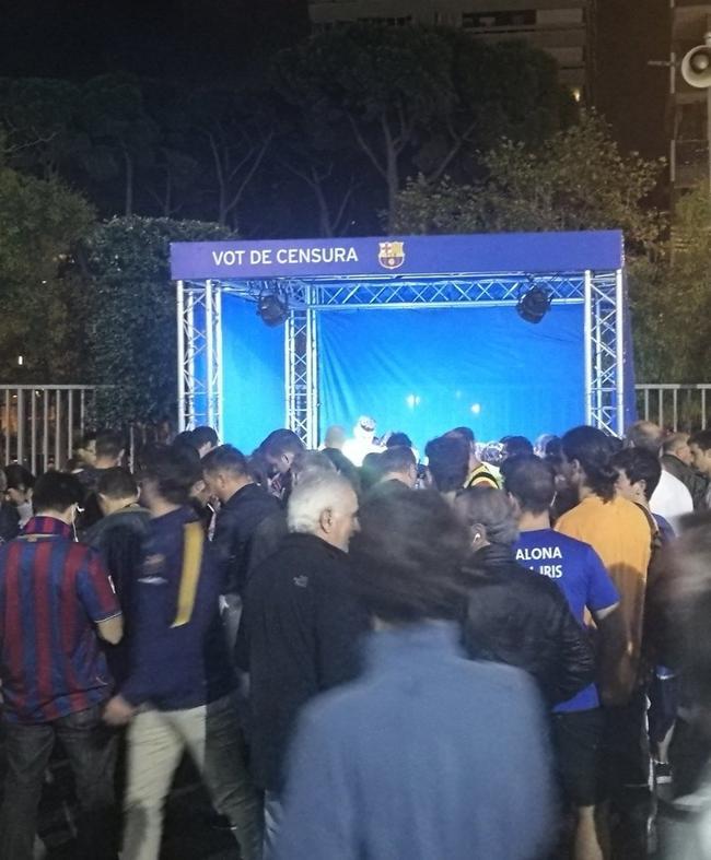 在比赛日球场外收集选票