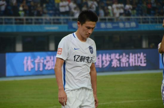 曹阳:踢成这样感觉对不起球迷 每个人发挥都不好
