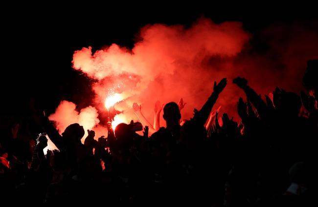 科隆球迷在看台燃放焰火