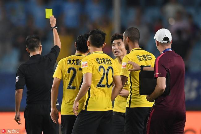 郑智赛后被裁判出黄牌 郑龙极力阻拦但未改判罚