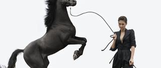 梁静《男人装》写真大片与马共舞