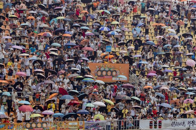 泛珠车迷顶着烈日撑伞观战