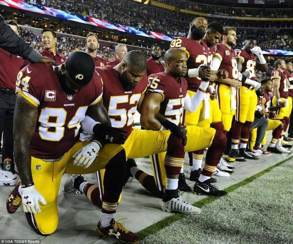 特朗普言论引口水战 数百名球员奏国歌跪地抗议