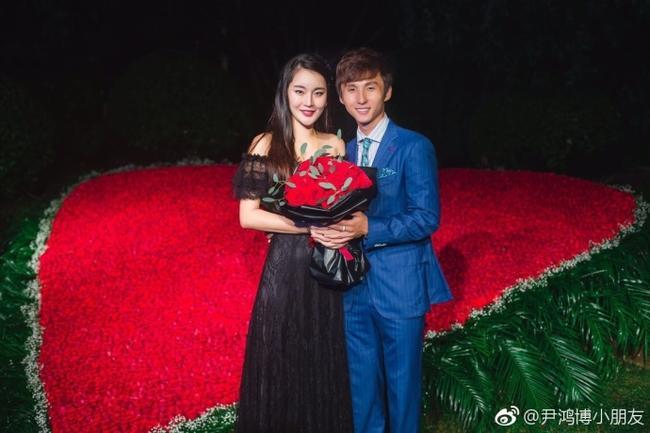 华夏幸福国脚尹鸿博大婚 曾9999朵玫瑰求婚娇妻