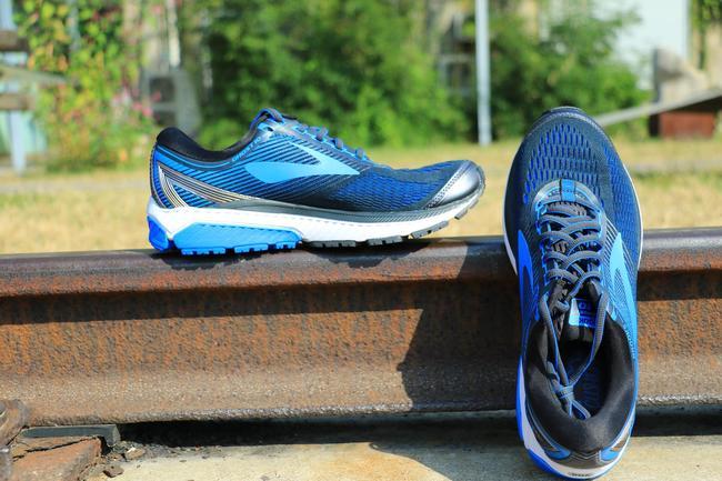 减震性跑鞋。