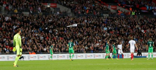 球迷掷入纸飞机
