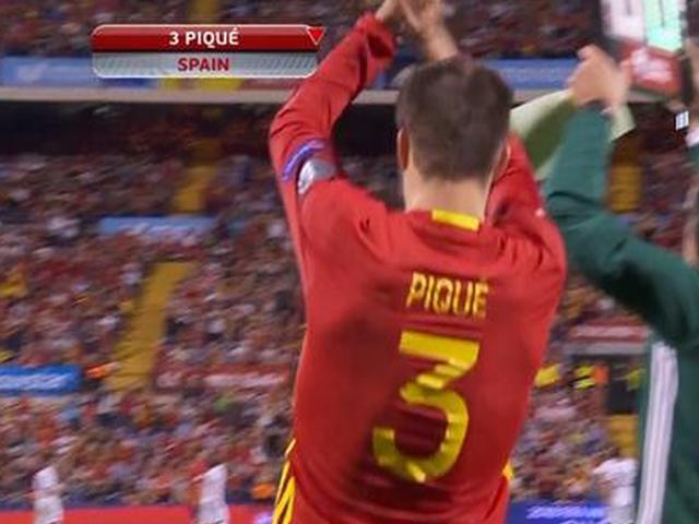 视频-皮克被纳乔替换下场 球迷送上掌声