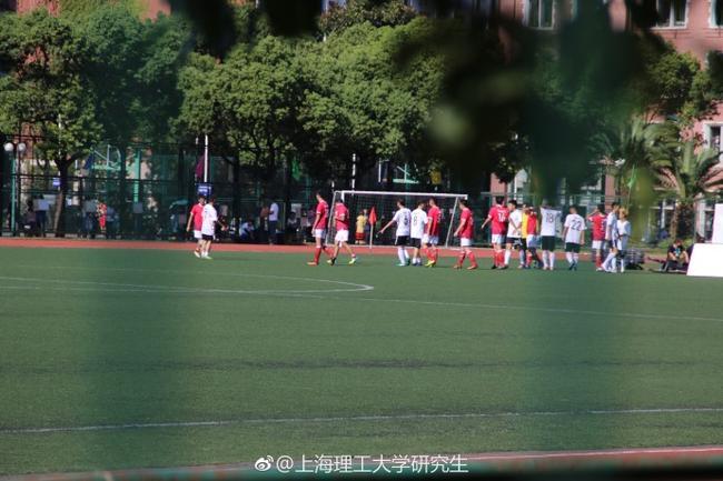 鹿晗踢球时公布恋情系谣传 实为其他明星在拍戏