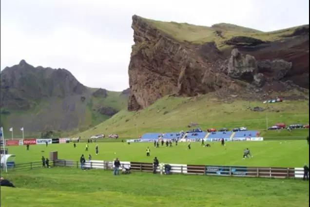 在冰岛,火山旁的球场