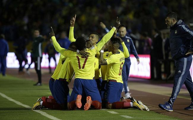 厄瓜多尔在阿根廷替补席前庆祝