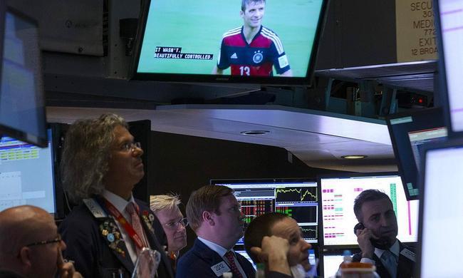 2014年6月,工作人员在美国纽约证交所观看世界杯小组赛美国和德国的比赛