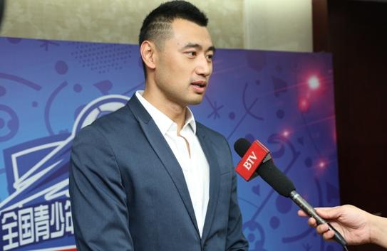 铭人体育总经理林旭接受媒体采访