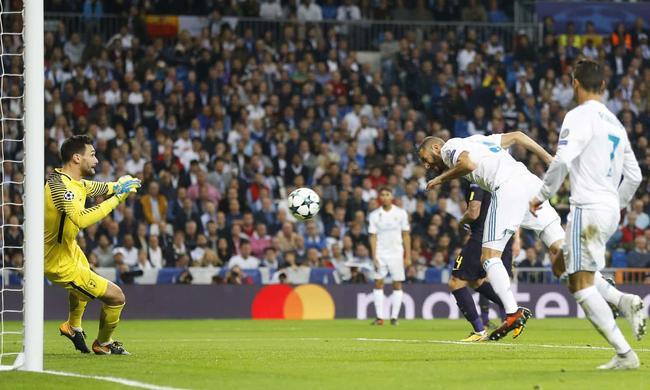 本泽马超近头球被洛里斯用脚勾出