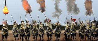 摩洛哥马术节骑马打枪场面壮观