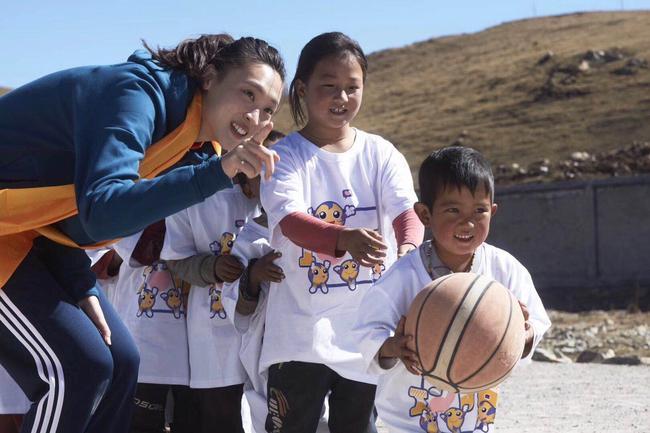 惠若琪和孩子们一起参加活动