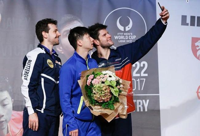 波尔、马龙和奥恰洛夫(从左至右)在颁奖仪式上自拍。德国选手奥恰洛夫以4比2战胜同胞波尔,获得冠军。