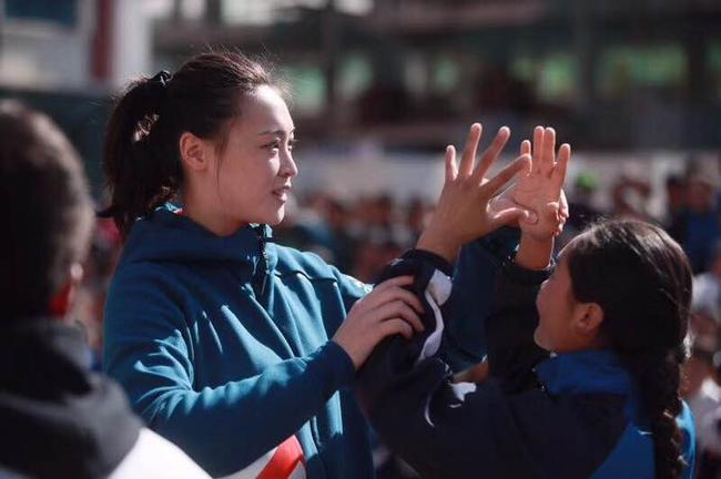 惠若琪教孩子们打排球
