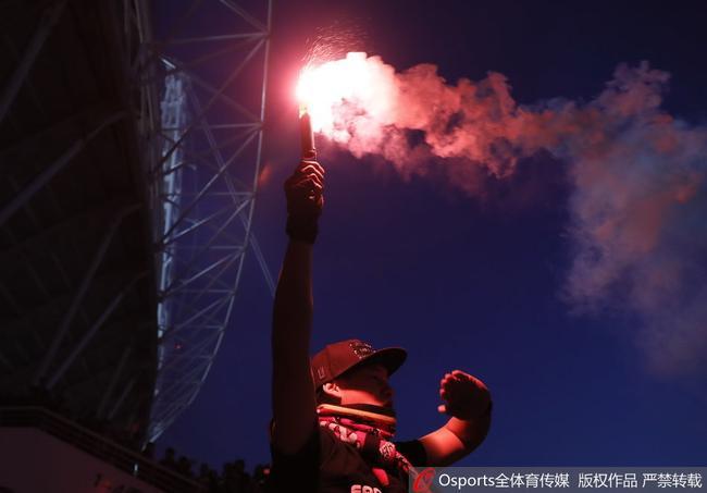 亚泰球迷焰火庆祝