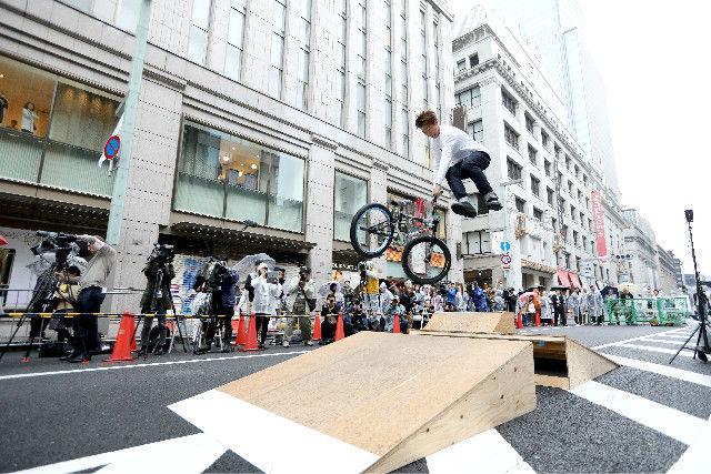 东京奥运会新增项目小轮车选手冒雨展示表演