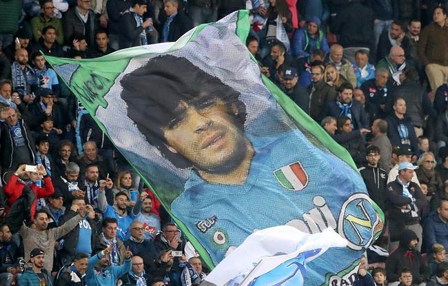 那不勒斯球迷挂出马拉多纳巨幅画像