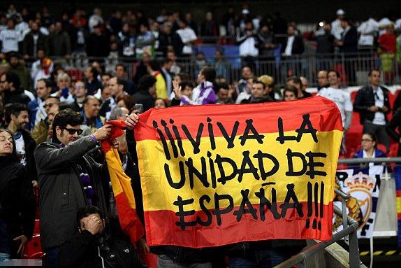 """皇马球迷横幅:""""西班牙统一万岁。"""""""
