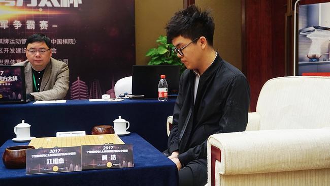 日前,中国棋院围棋部公布了截止2017年10月31日,中国职业棋手的等级分排位,柯洁依旧遥遥领先排名榜首,芈昱廷时越分列二三。   排名第十的是80后老将王檄,有些令人意外。由于王檄近来参加正式比赛较少,因此等级分变化不大,所以一直在第十名前后徘徊。一直参加各项比赛的古力目前排名第19位。   排位 棋手名 等级分 排位 棋手名 等级分 排位 棋手名 等级分   1 柯 洁 2758 2 芈昱廷 2681 3 时 越 2648   4 连 笑 2645 5 柁嘉熹 2634 6 陈耀烨 2624