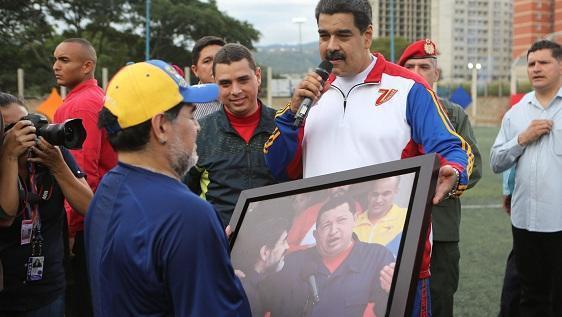 委内瑞拉总统和老马一起踢球