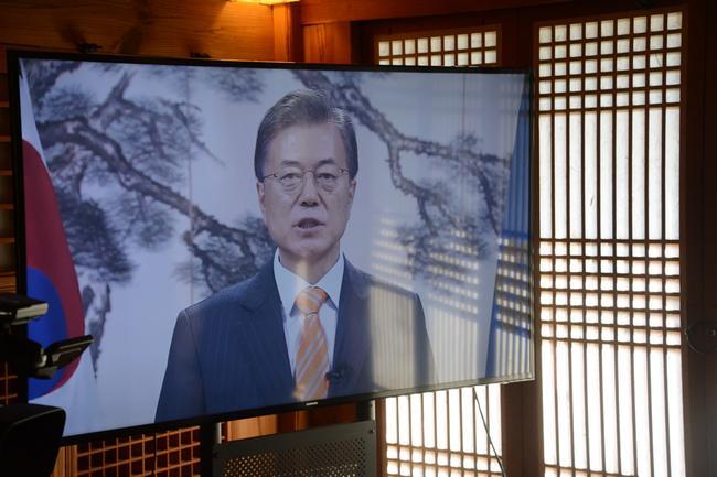 韩国总统文在寅发来祝贺视频