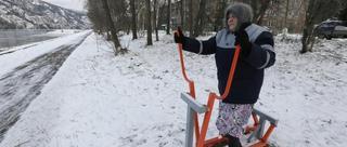 俄罗斯86岁老奶奶雪地上健身