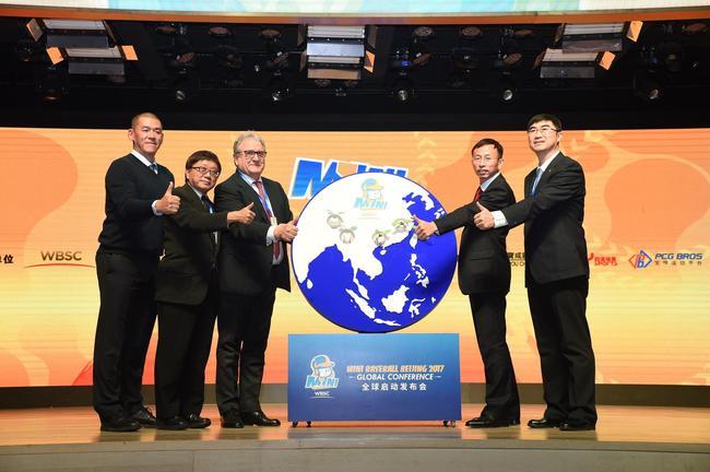 (从左到右)张运智、中华台北棒球协会秘书长林宗成、Fraccari、国家体育总局棒垒手曲中心副主任杨旭、中国棒球协会秘书长陈旭,共同启动Mini Baseball推广计划